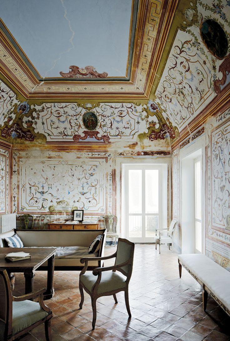 Итальянский интерьер с росписью на стенах