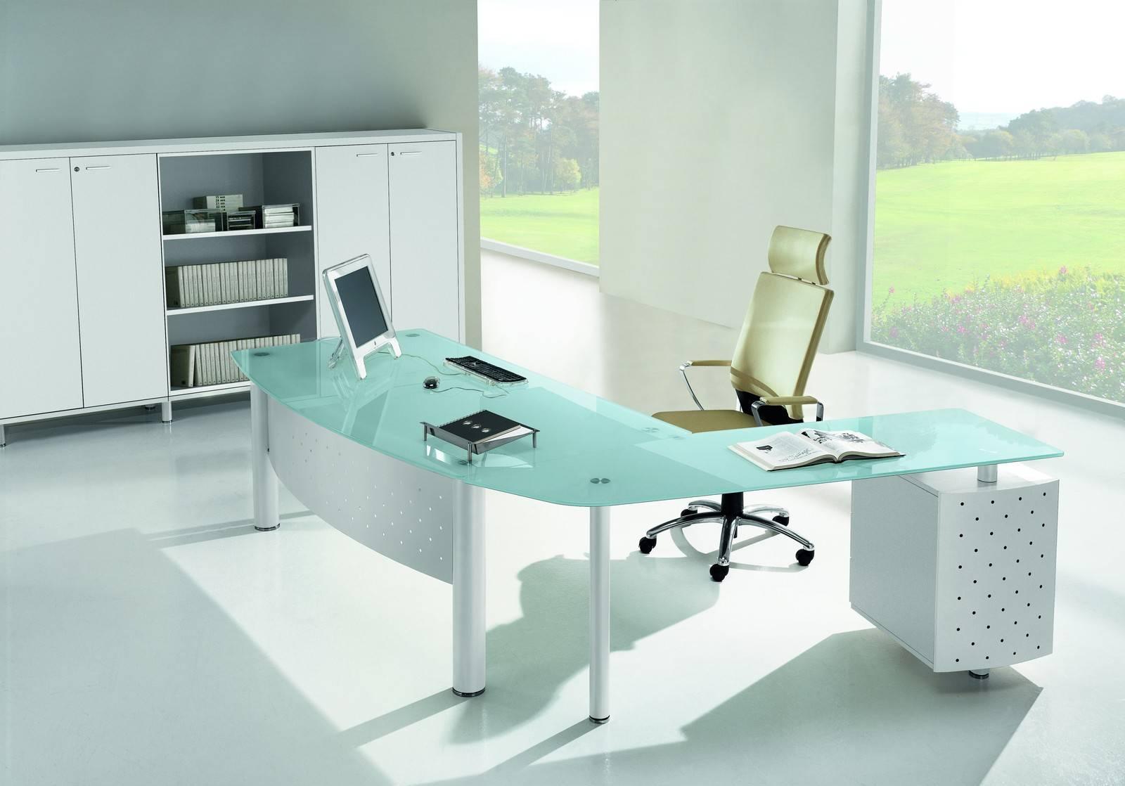 Дизайн интерьера кабинета руководителя со стеклянным столом