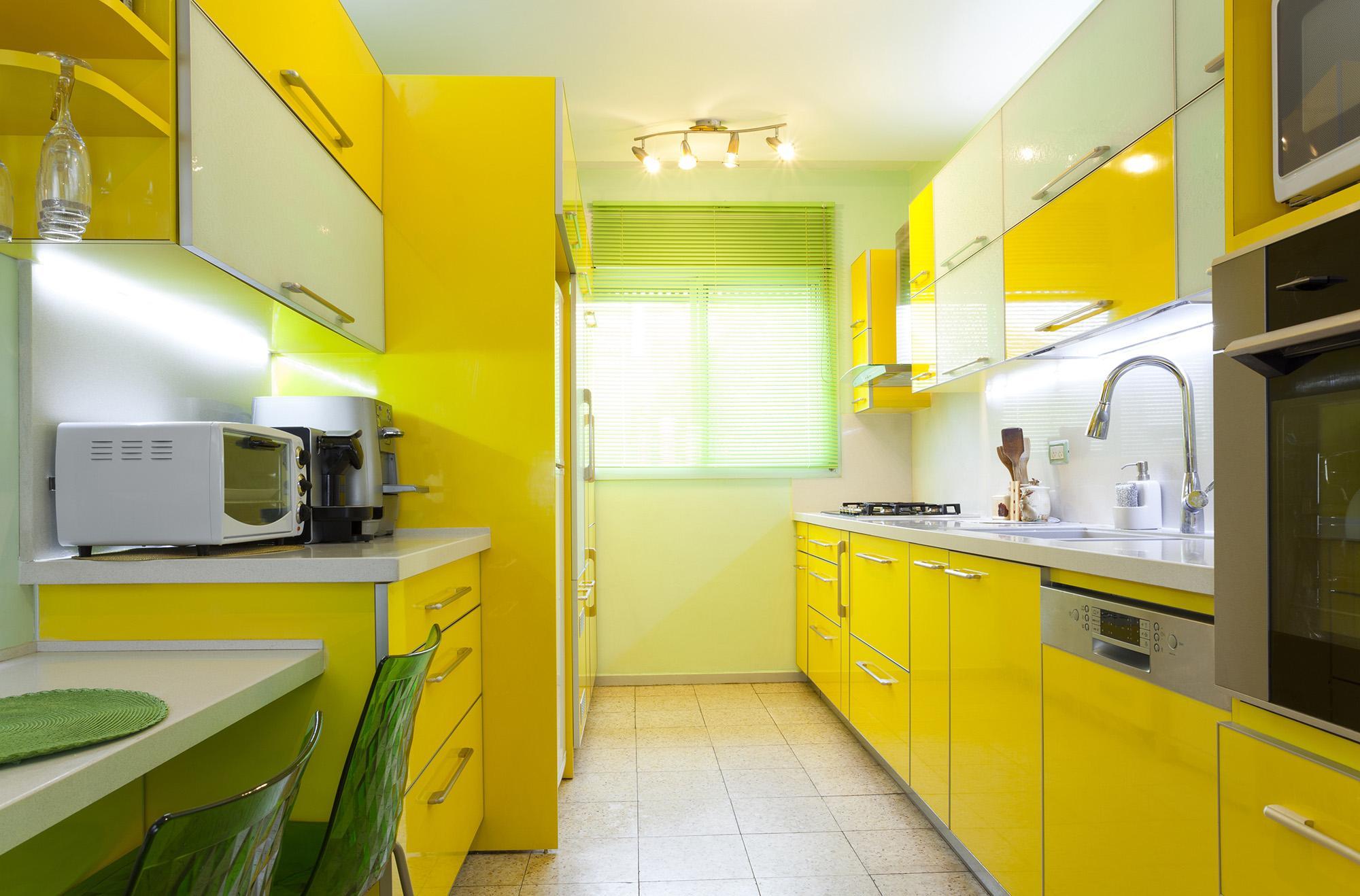 Зелено-желтая узкая кухня