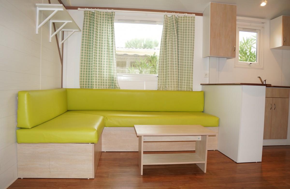 Кухня с диваном зеленым