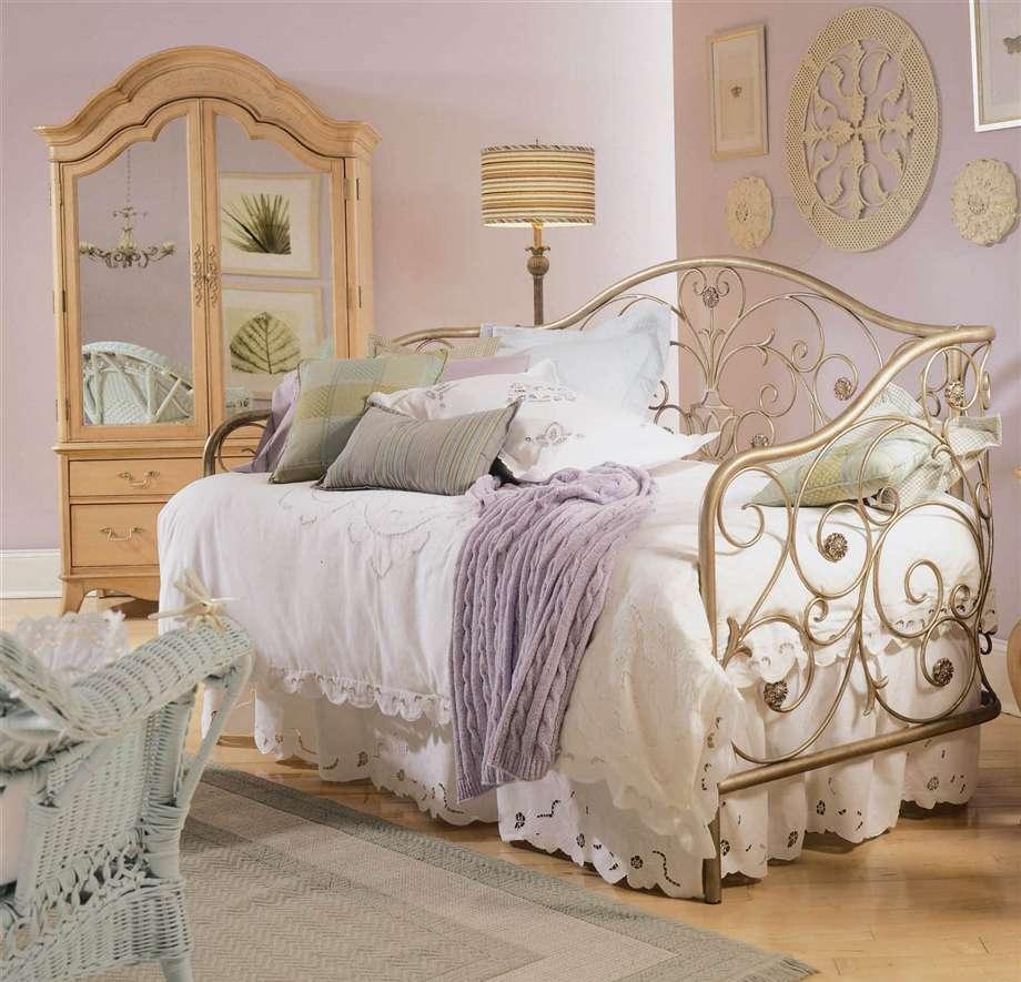 Фигурная кровать из металла