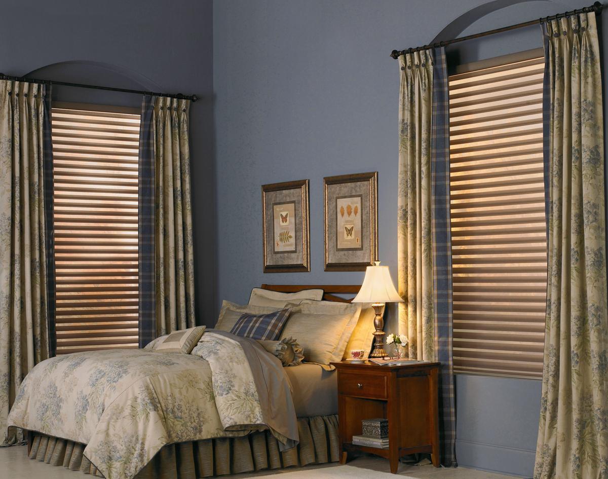 Горизонтальные жалюзи и обычные шторы в спальне