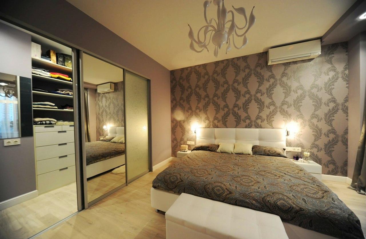 Гардеробная в спальне в стиле модерн