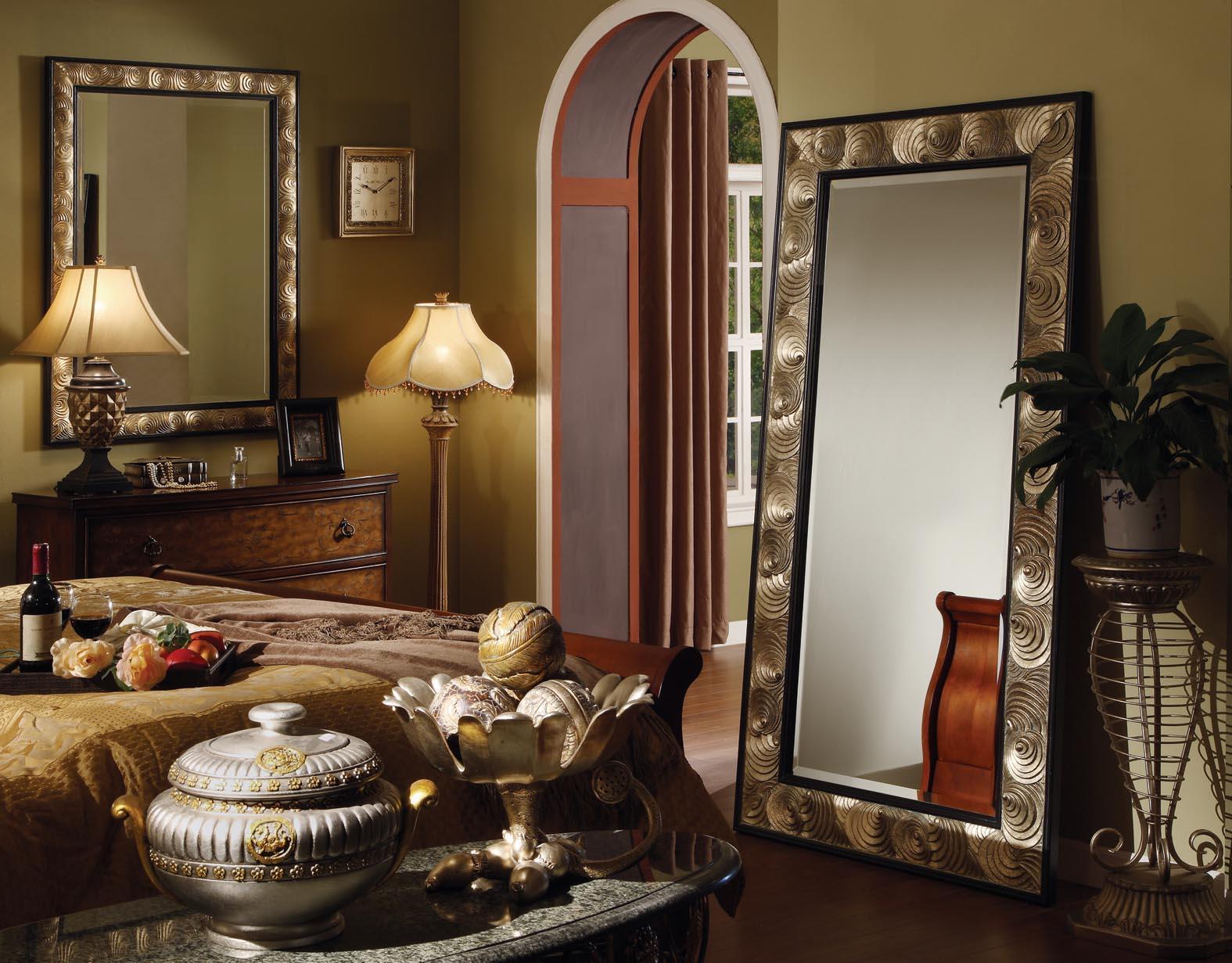 Несколько зеркал в спальне