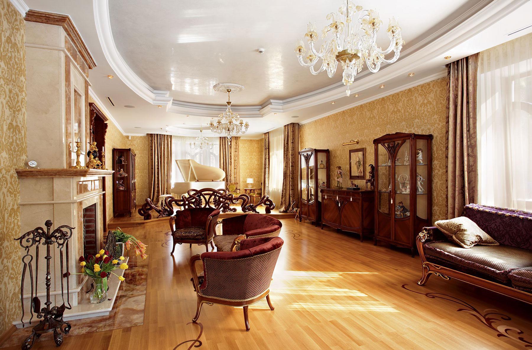 Просторная гостиная в загородном доме в классическом стиле