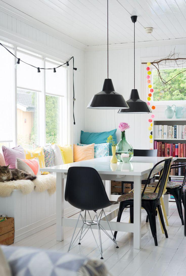 Кухня с диваном под окном