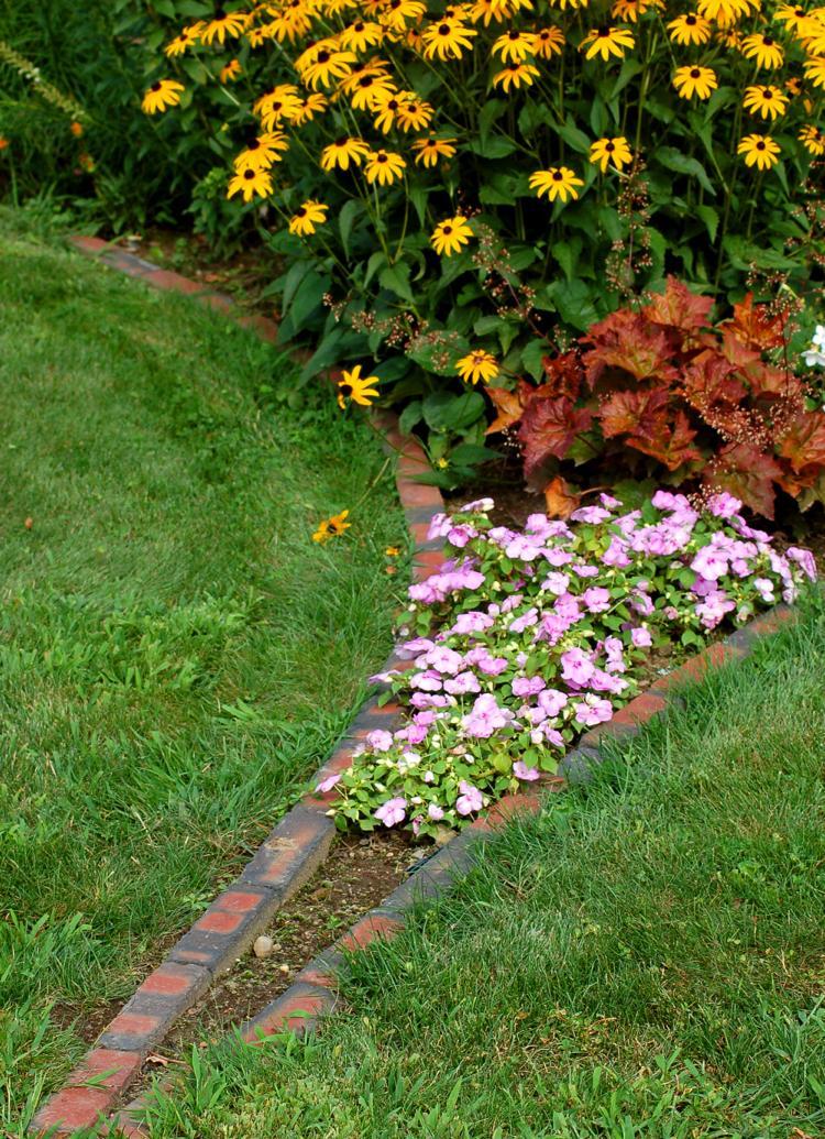 Бордюры из кирпича в саду