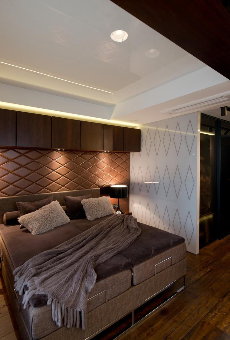 Коричневая доска на полу в спальне