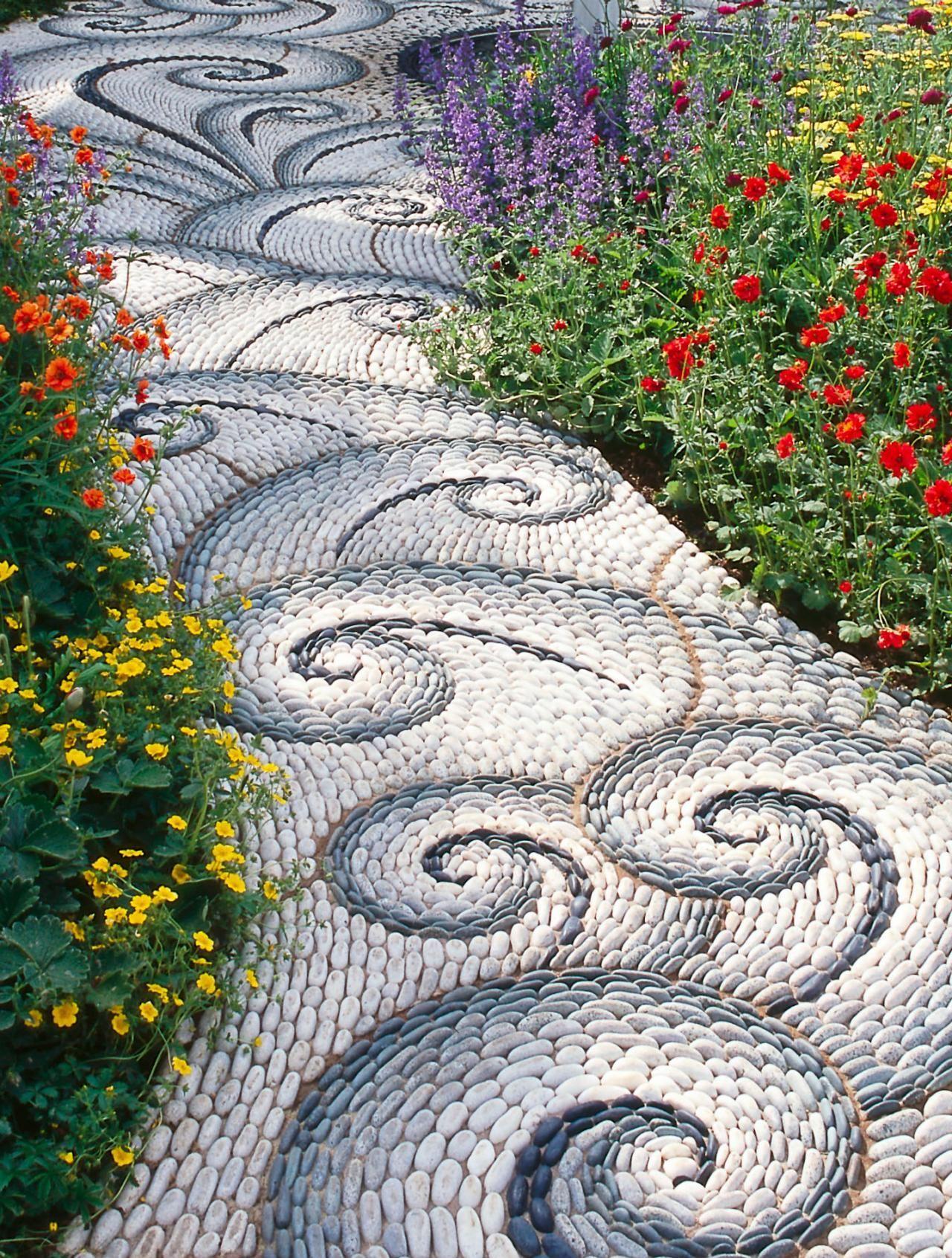 Оригинальная садовая дорожка с морским узором из разноцветных камней