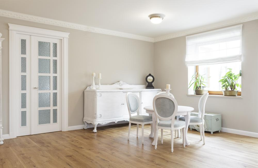 Светло коричневый пол и белые двери
