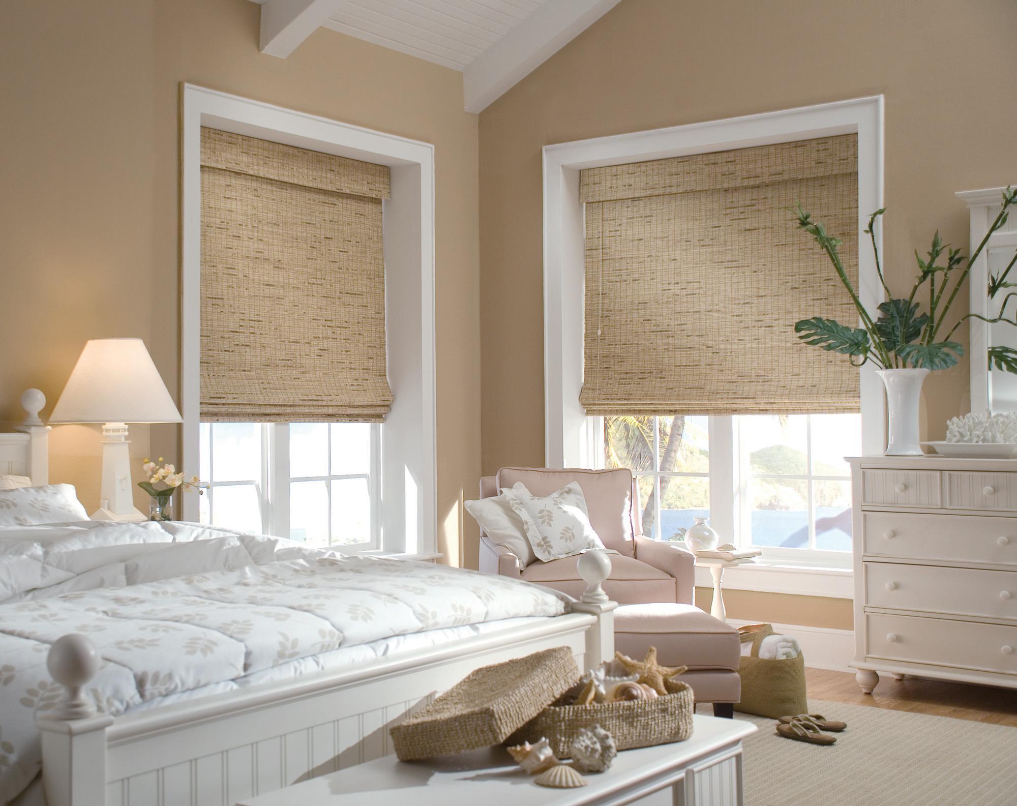 Бежевые римские шторы в спальне