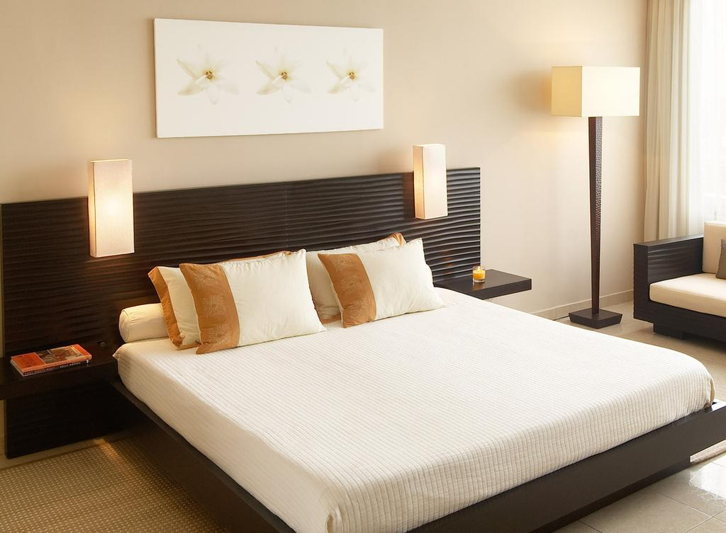 Черный, белый и бежевый цвета в интерьере спальни