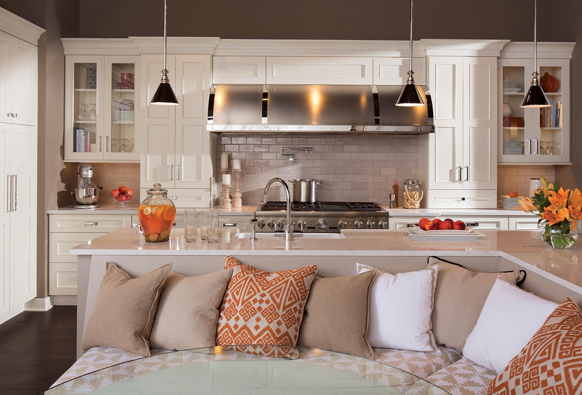 Кухня с бежевым диваном