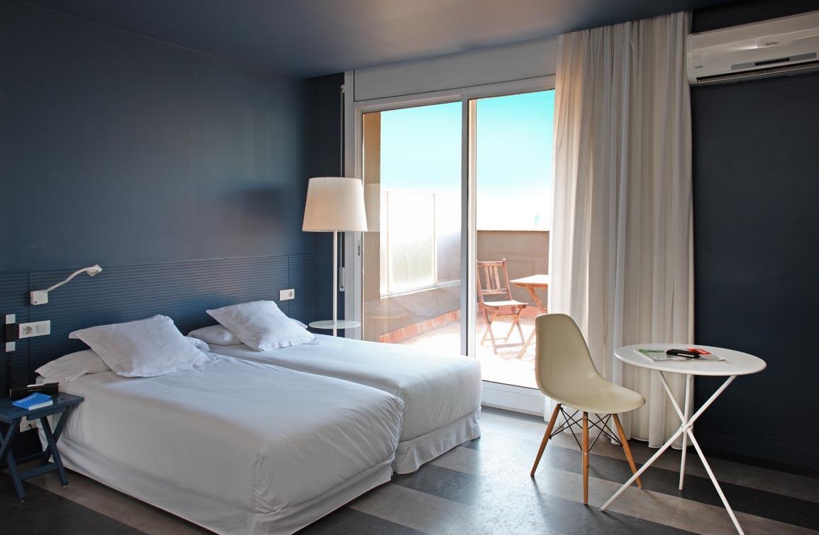 Дизайн спальни 18 кв м с балконом