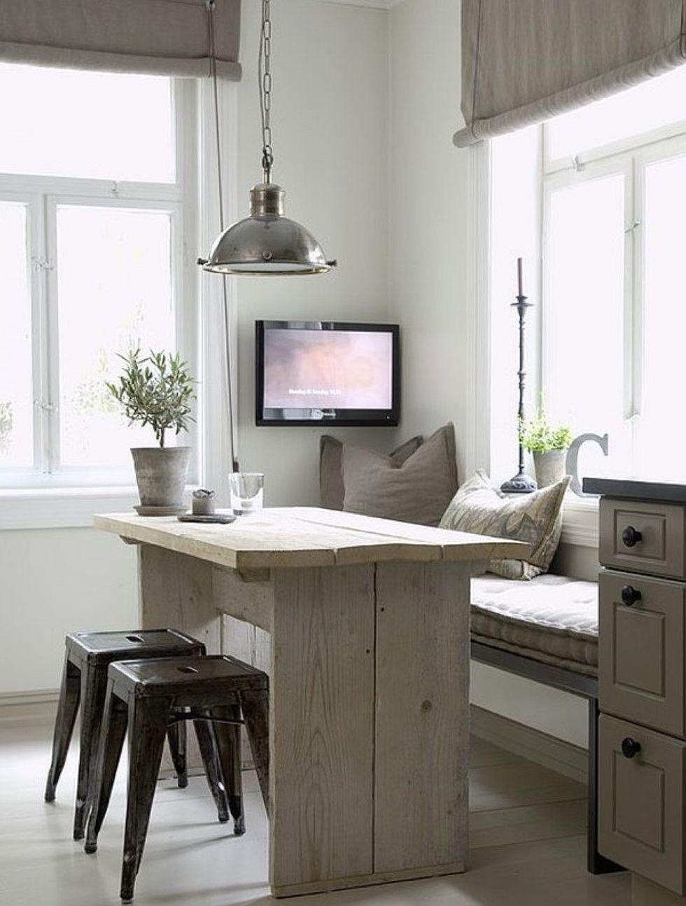 Маленький диван в бело-серой кухне