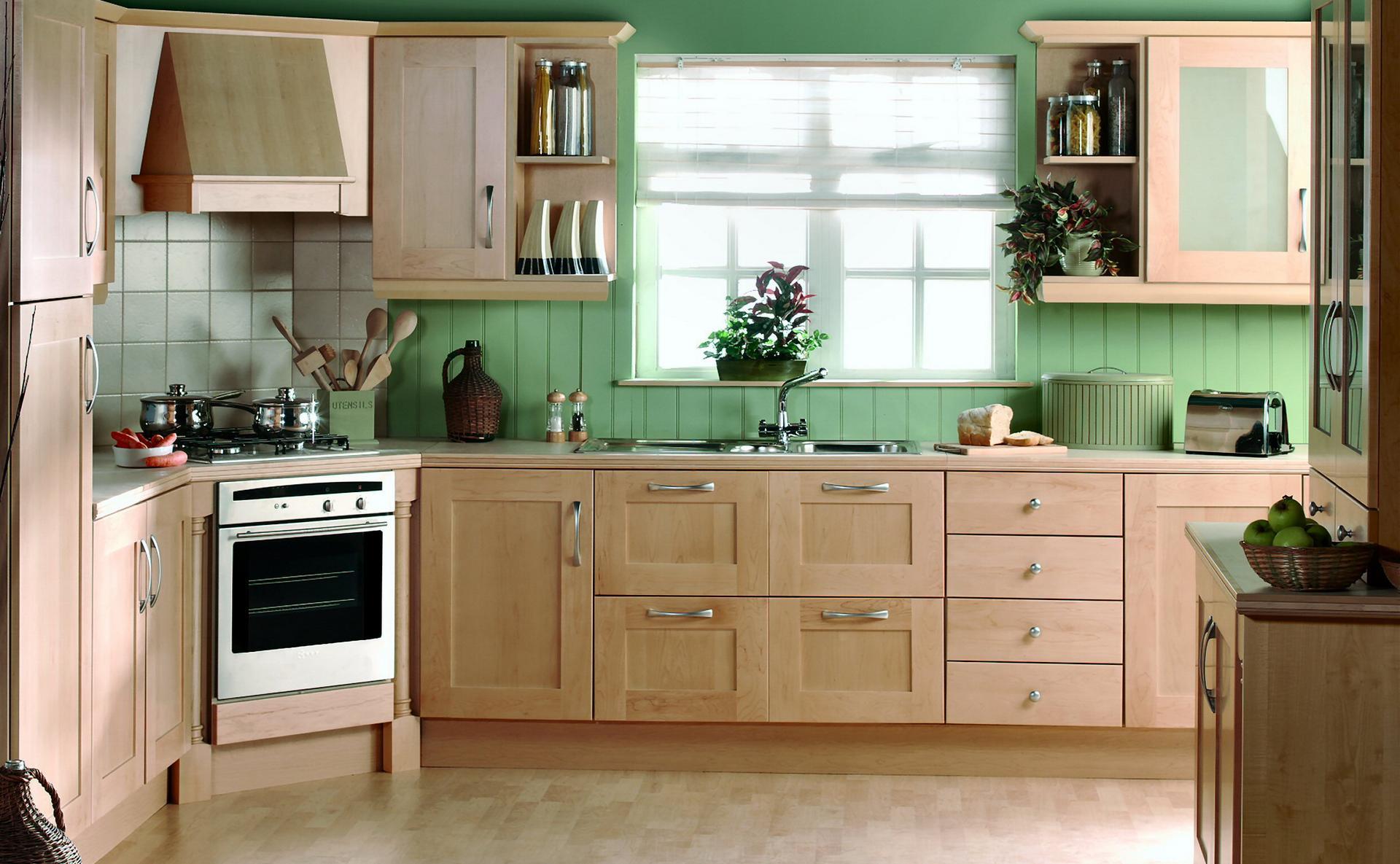 Зеленые флизелиновые обои в полоску на кухне