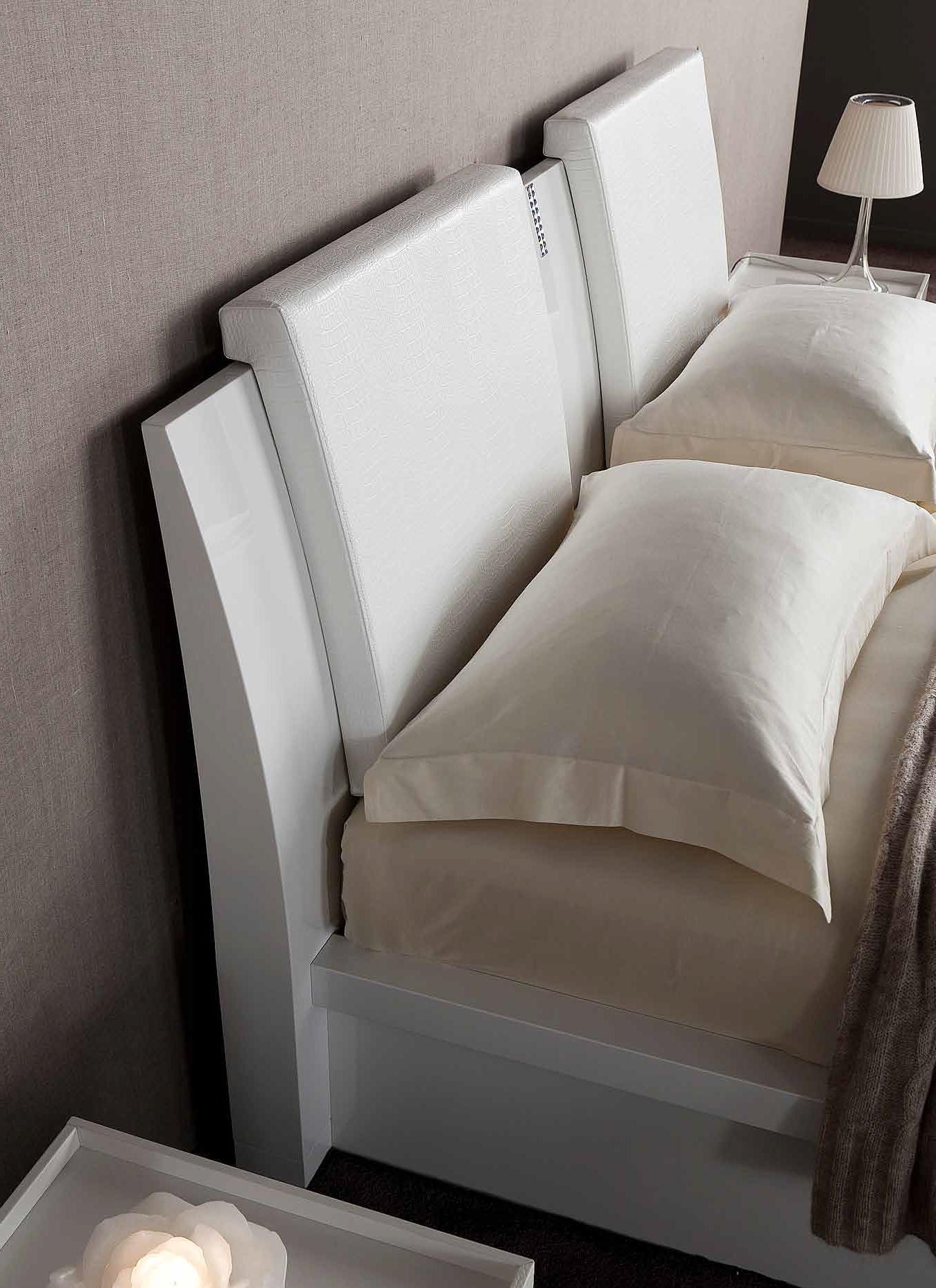 Удобные накладные спинки на изголовье кровати для сидения