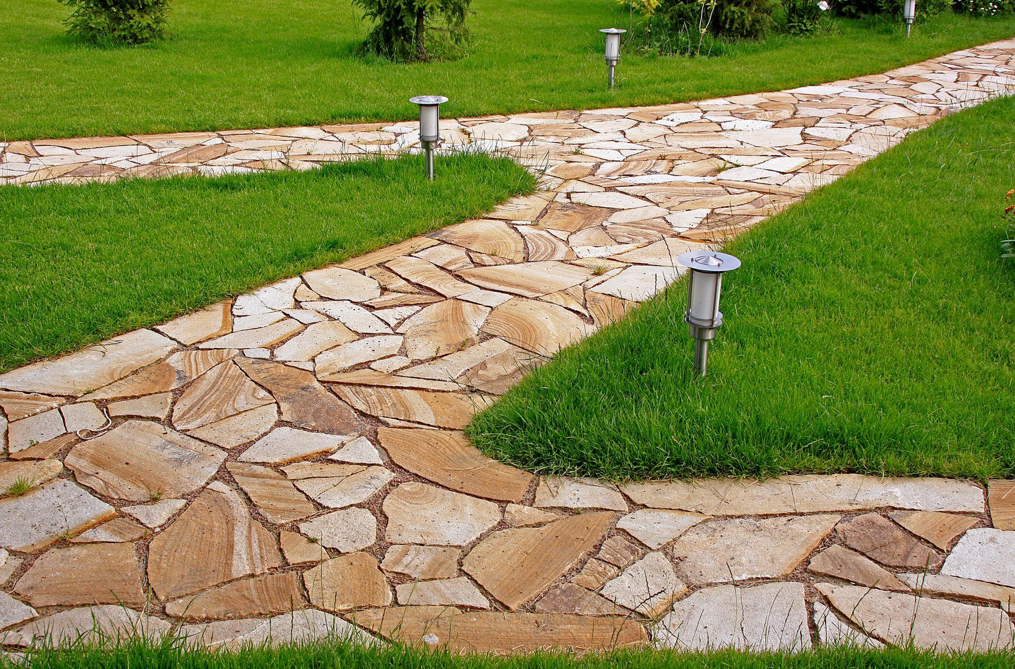 Садовая дорожка из камня с освещением