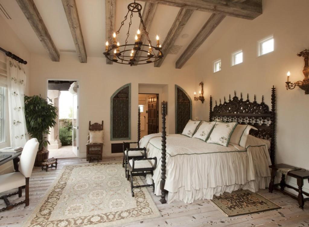 Кованая люстра в спальне в итальянском стиле