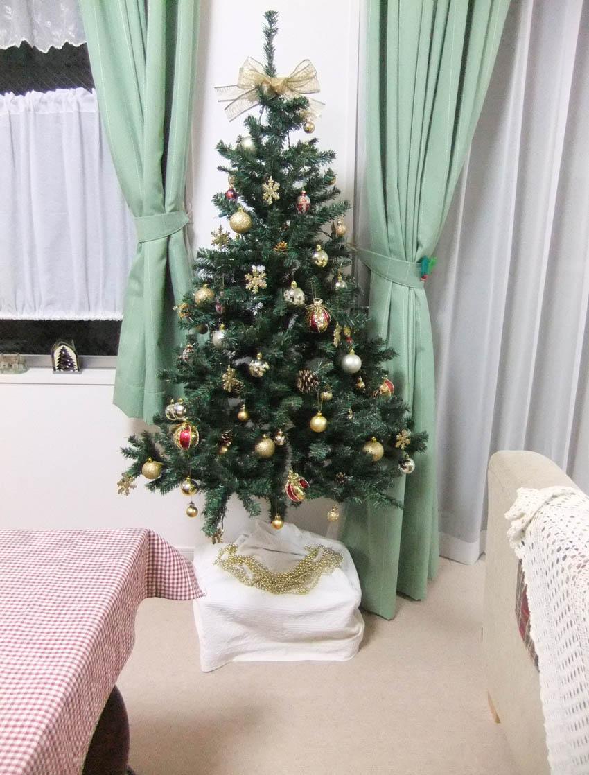 Небольшая новогодняя ель в квартире