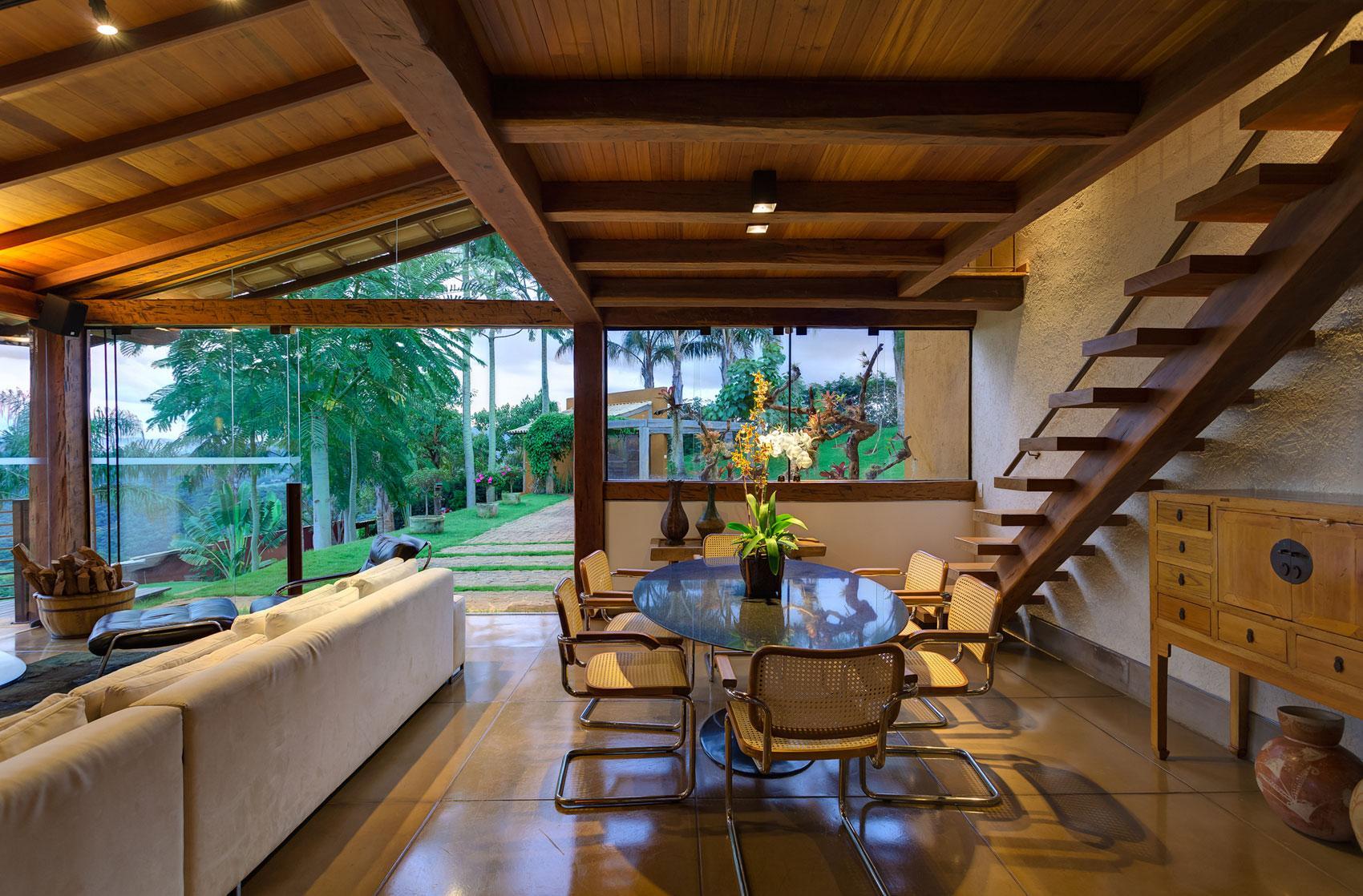 Совмещенная столовая и гостиная в доме