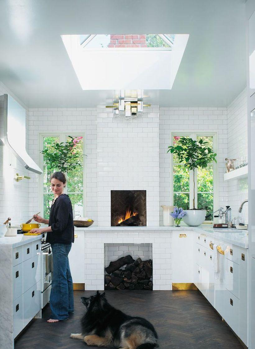 Узкая белая кухня с печкой в частном доме