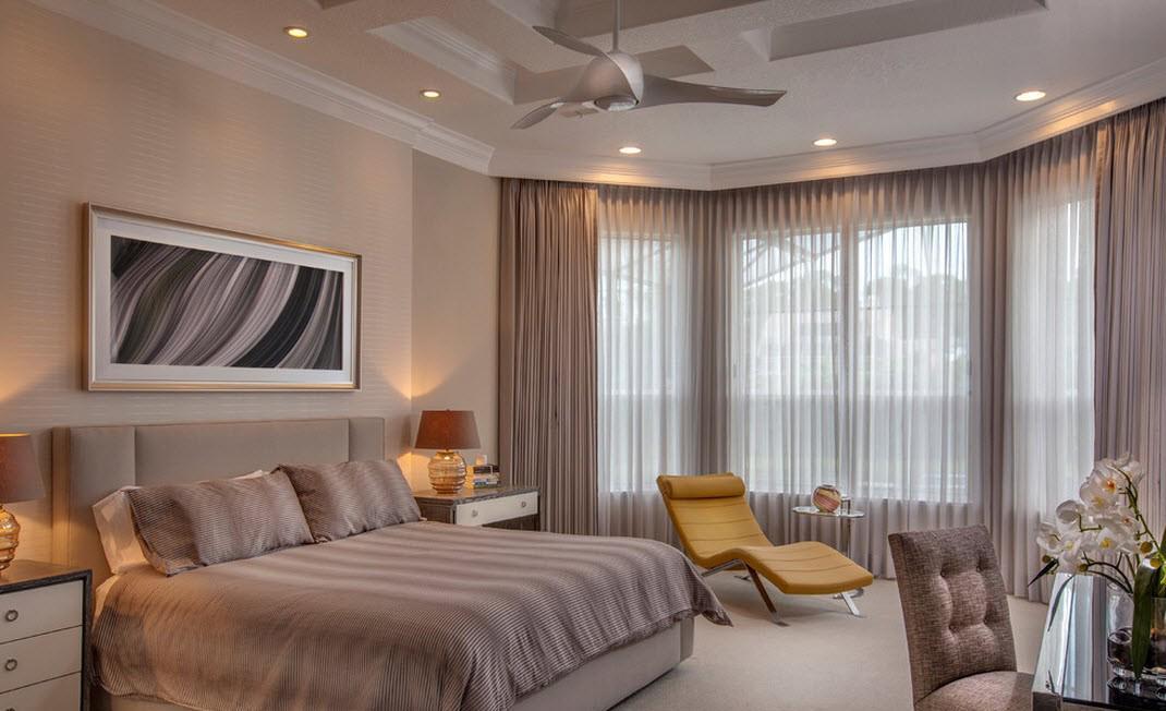 Бежевый потолок в спальне