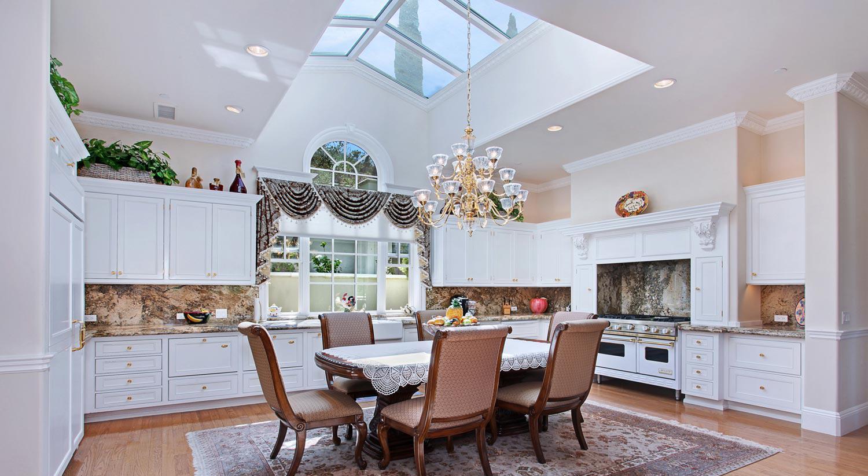 Классическая квадратная кухня с красивым потолком