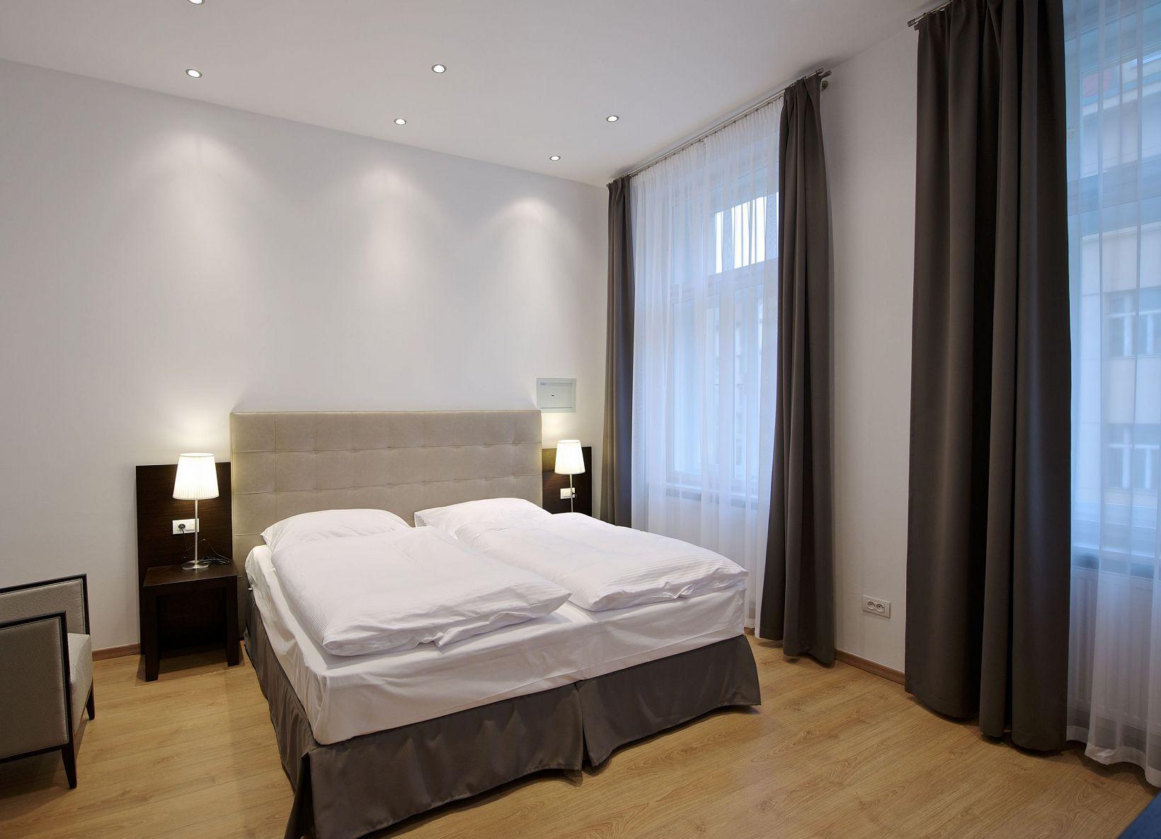 Дизайн спальни 18 кв м бежевый