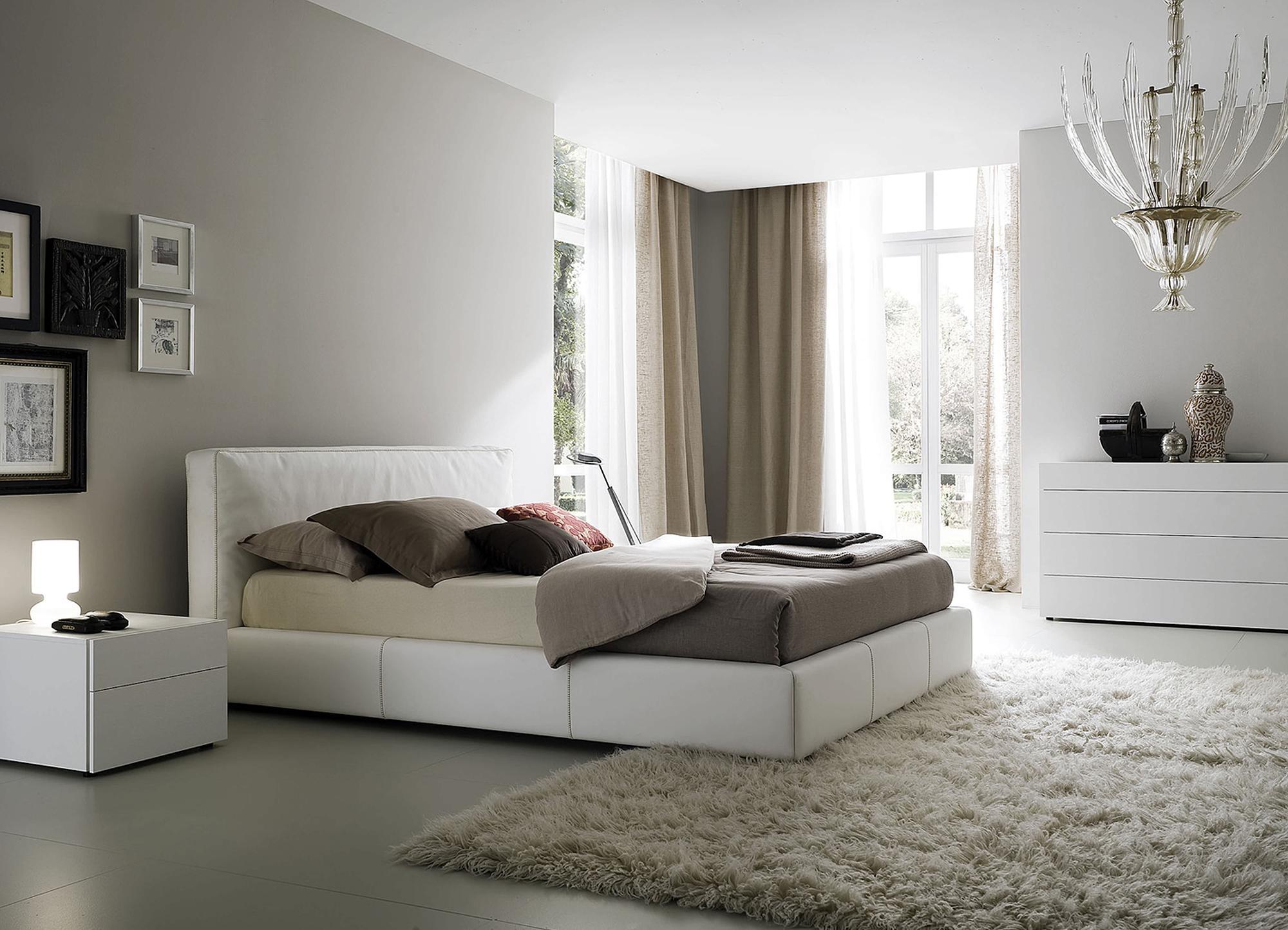 Спальня 16 кв м в бело-серых тонах