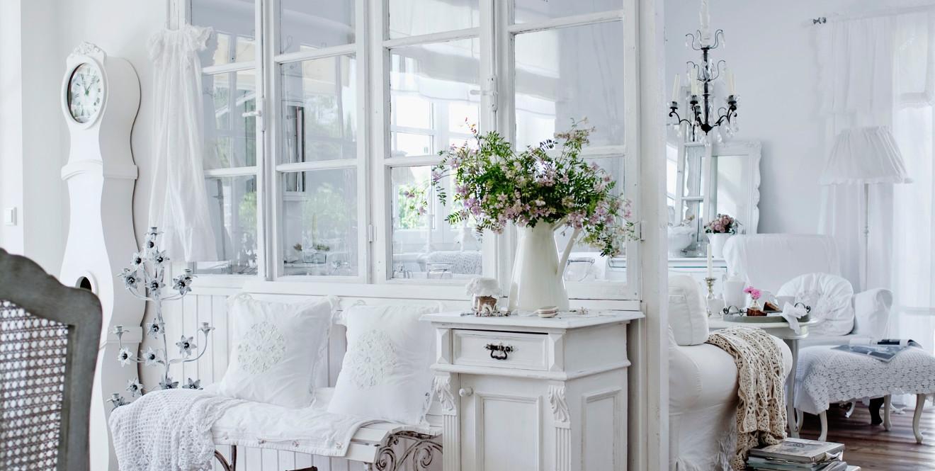 Белый интерьер загородного дома в современном стиле