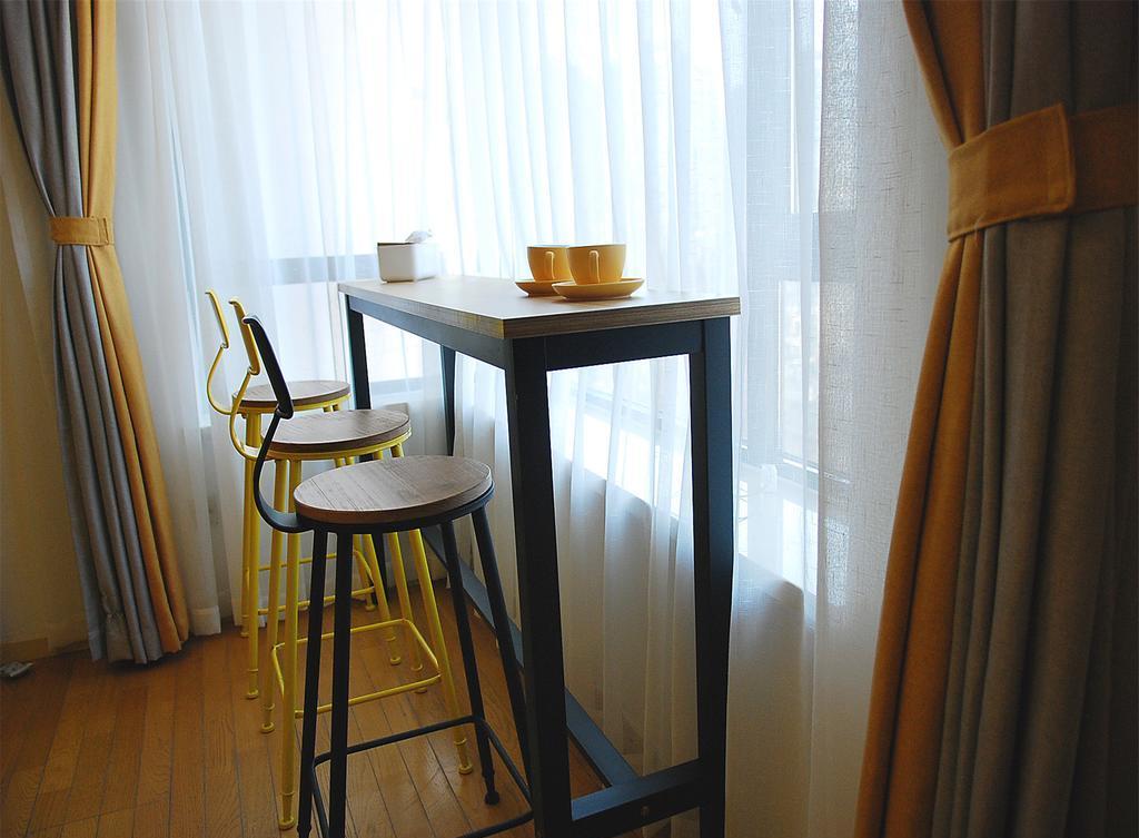 Обстановка однокомнатной квартиры с барной стойкой