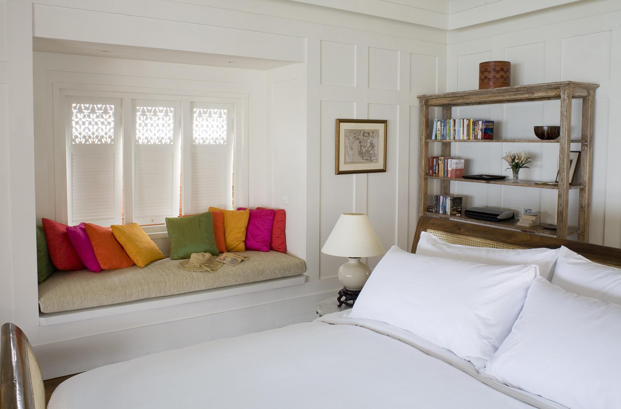 Бело-коричневая спальня