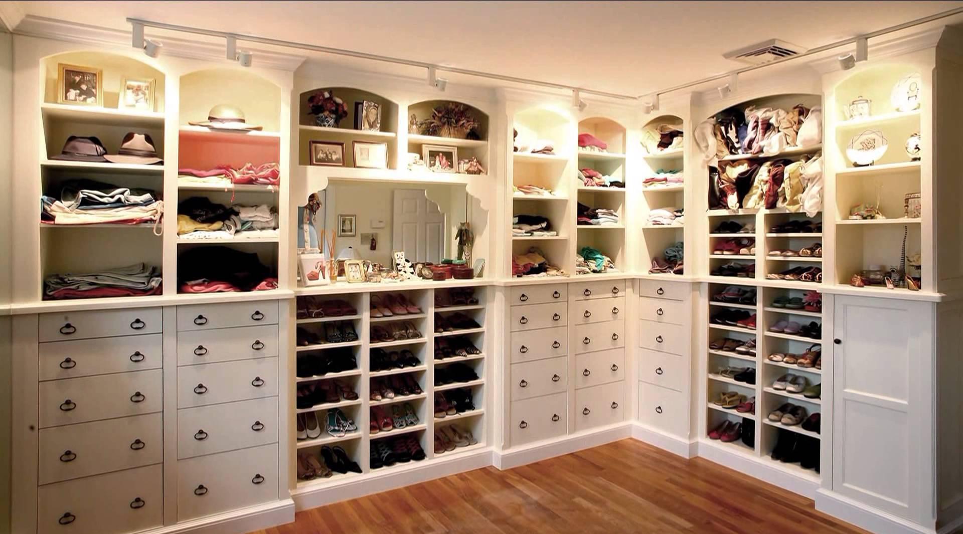 Просторная белая гардеробная для детей и взрослых