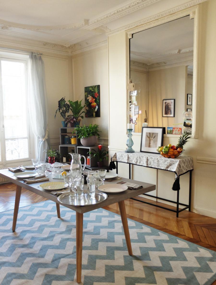 Обстановка однокомнатной квартиры с зеркалом в гостиной