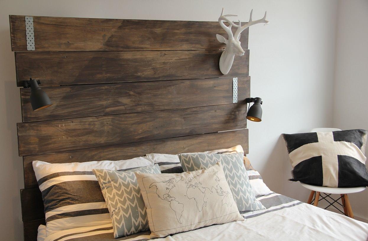 Деревянное изголовье для кровати в спальне в скандинавском стиле