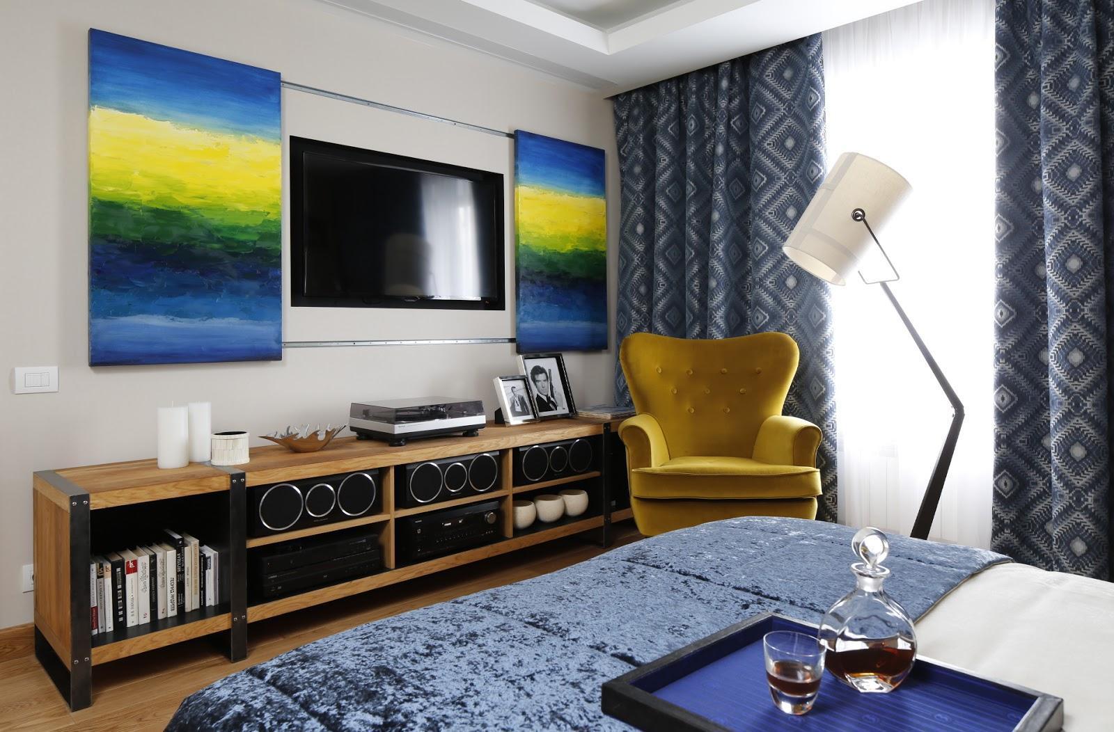 Яркие картины и телевизор в спальне