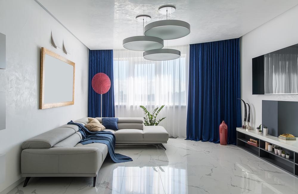 Белая плитка в интерьере гостиной