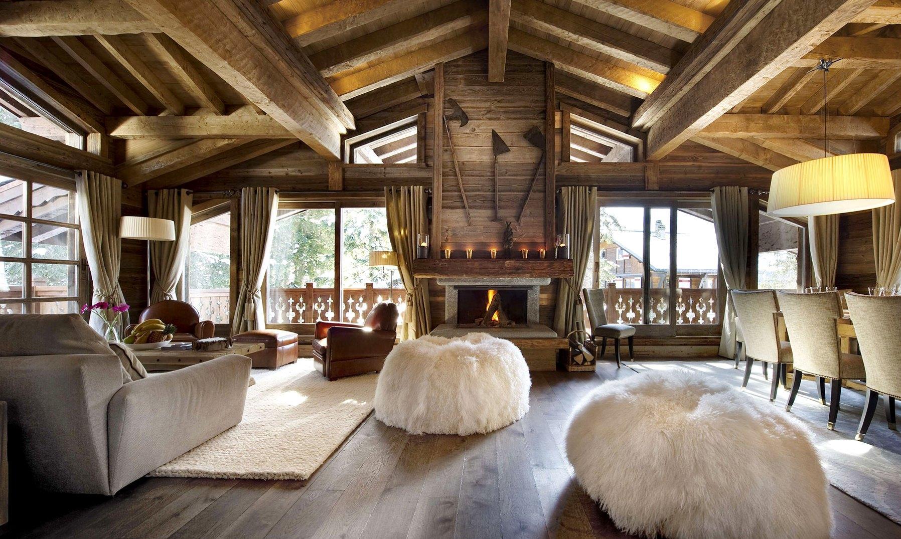 Загородный дом с гостиной в стиле шале