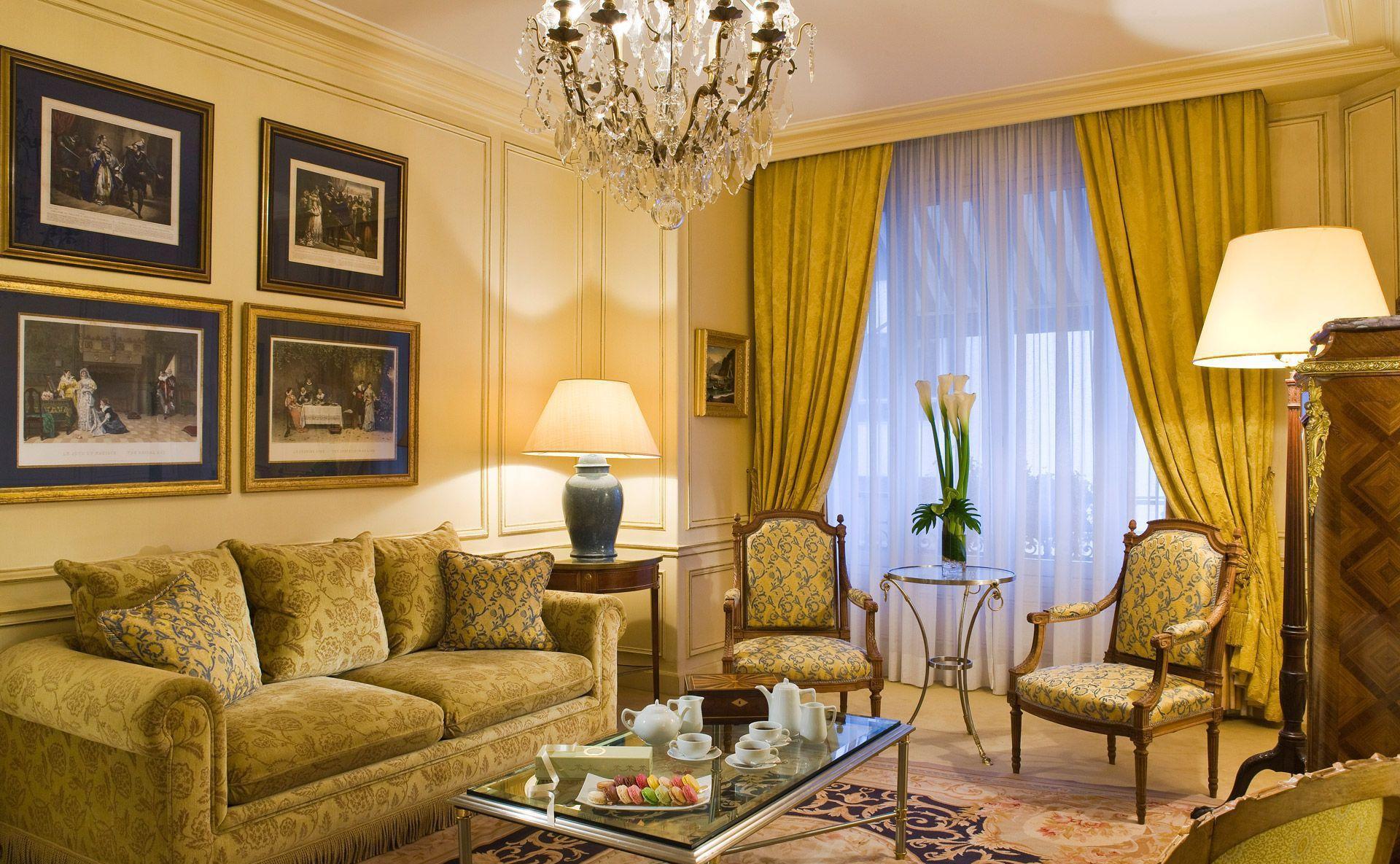 Желто-зеленая мебель и шторы в классической гостиной
