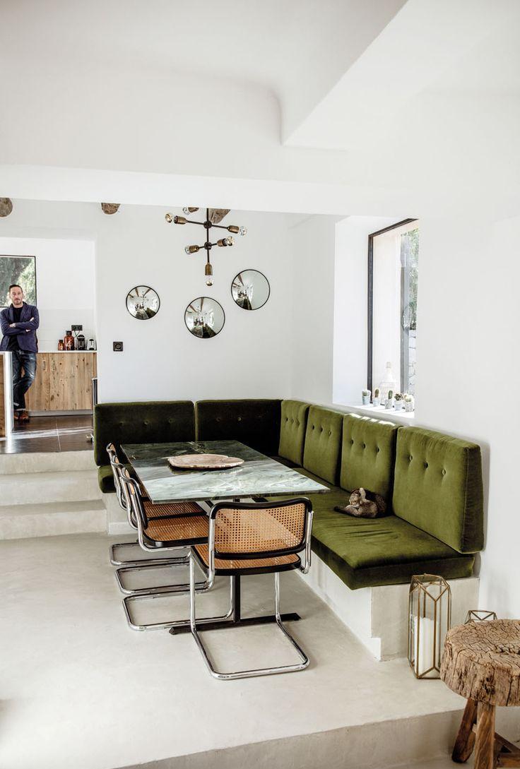 Кухня с зеленым бархатным диваном