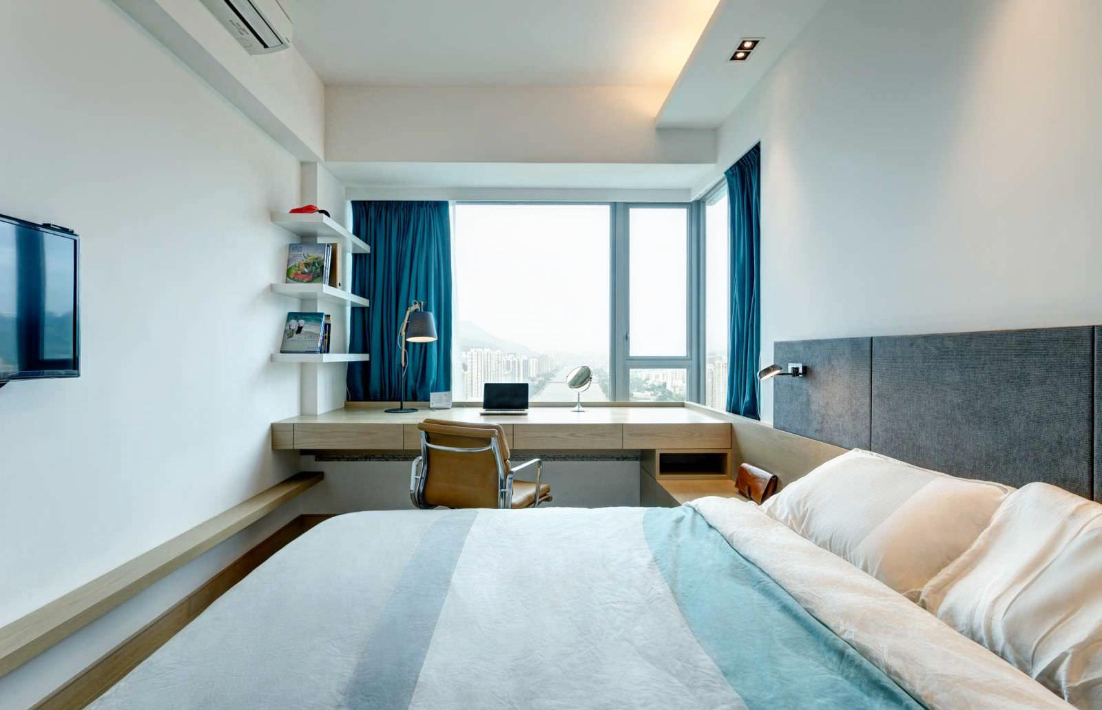 Стол-подоконник в спальне