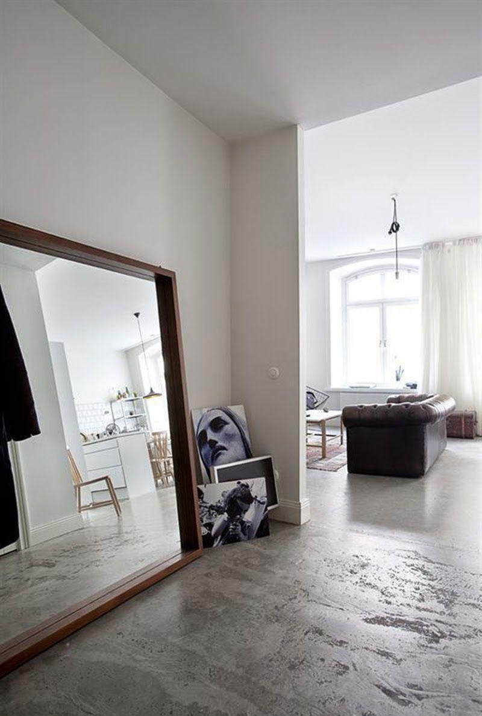 Большое зеркало в деревянной раме в просторной прихожей