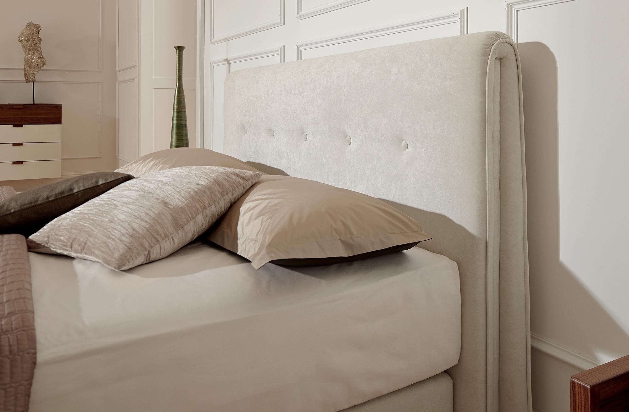 Изголовье кровати с мягкой обивкой