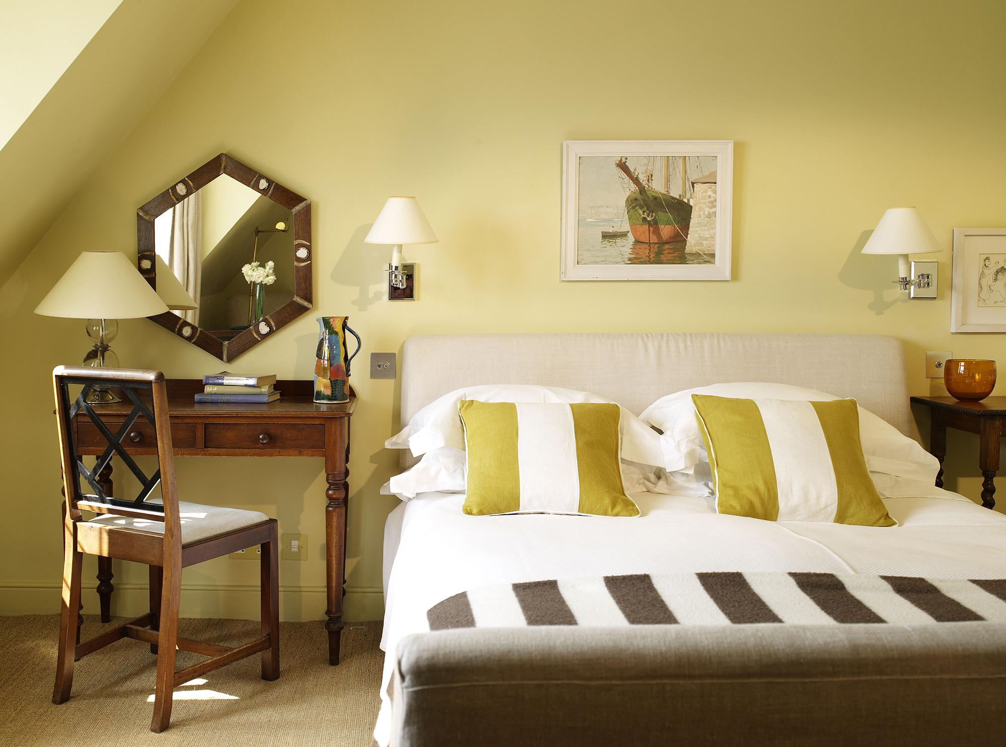 Пастельно-желтые стены в спальне