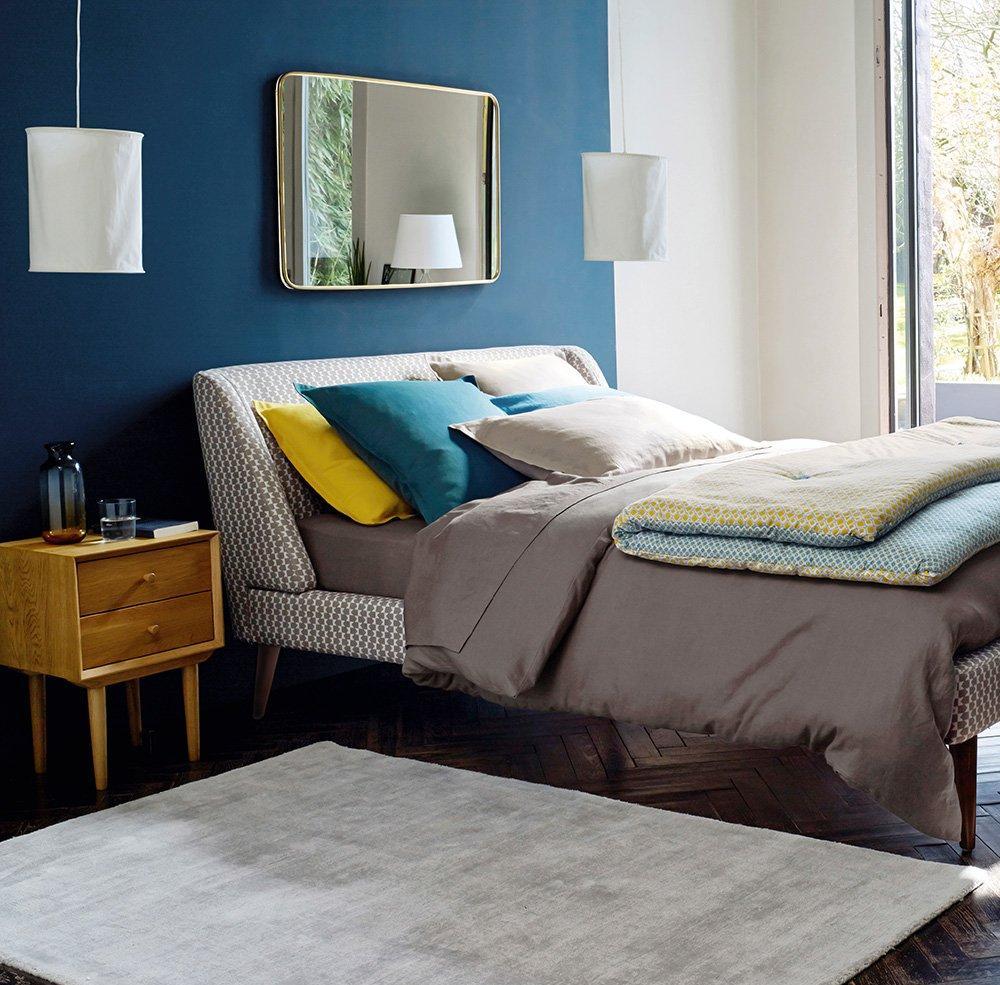 Оформление изголовья кровати в стиле ретро