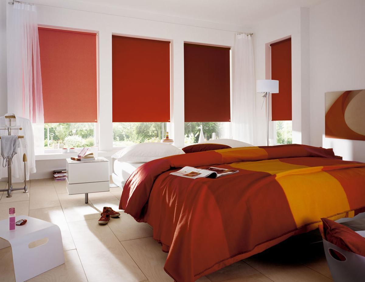 Рулонные шторы песочных оттенков в спальне