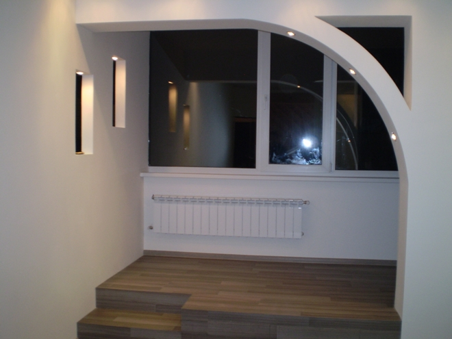 Подиум в гостиной с балконом