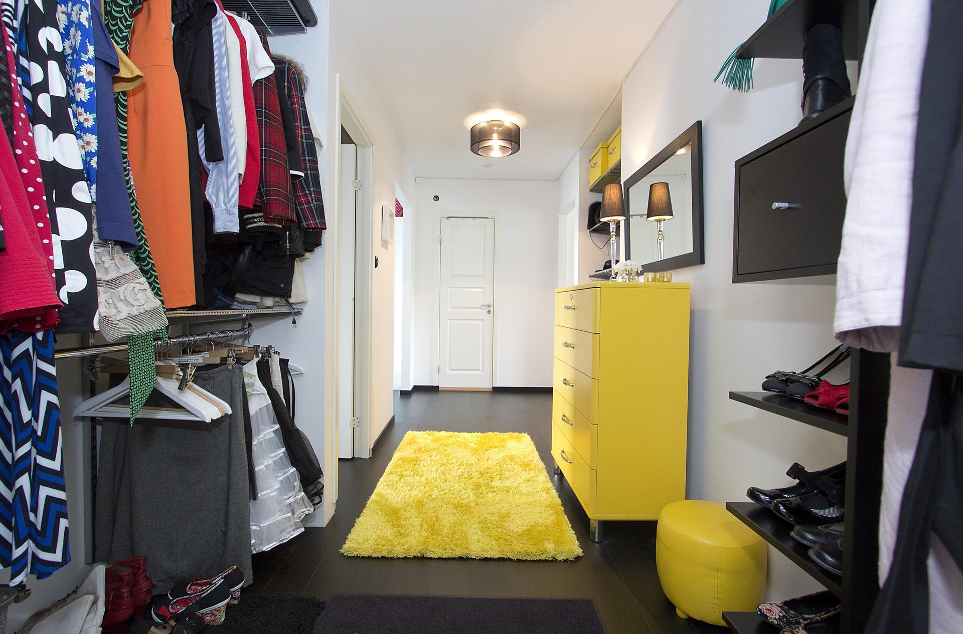 Желтый, черный и белый в интерьере прихожей