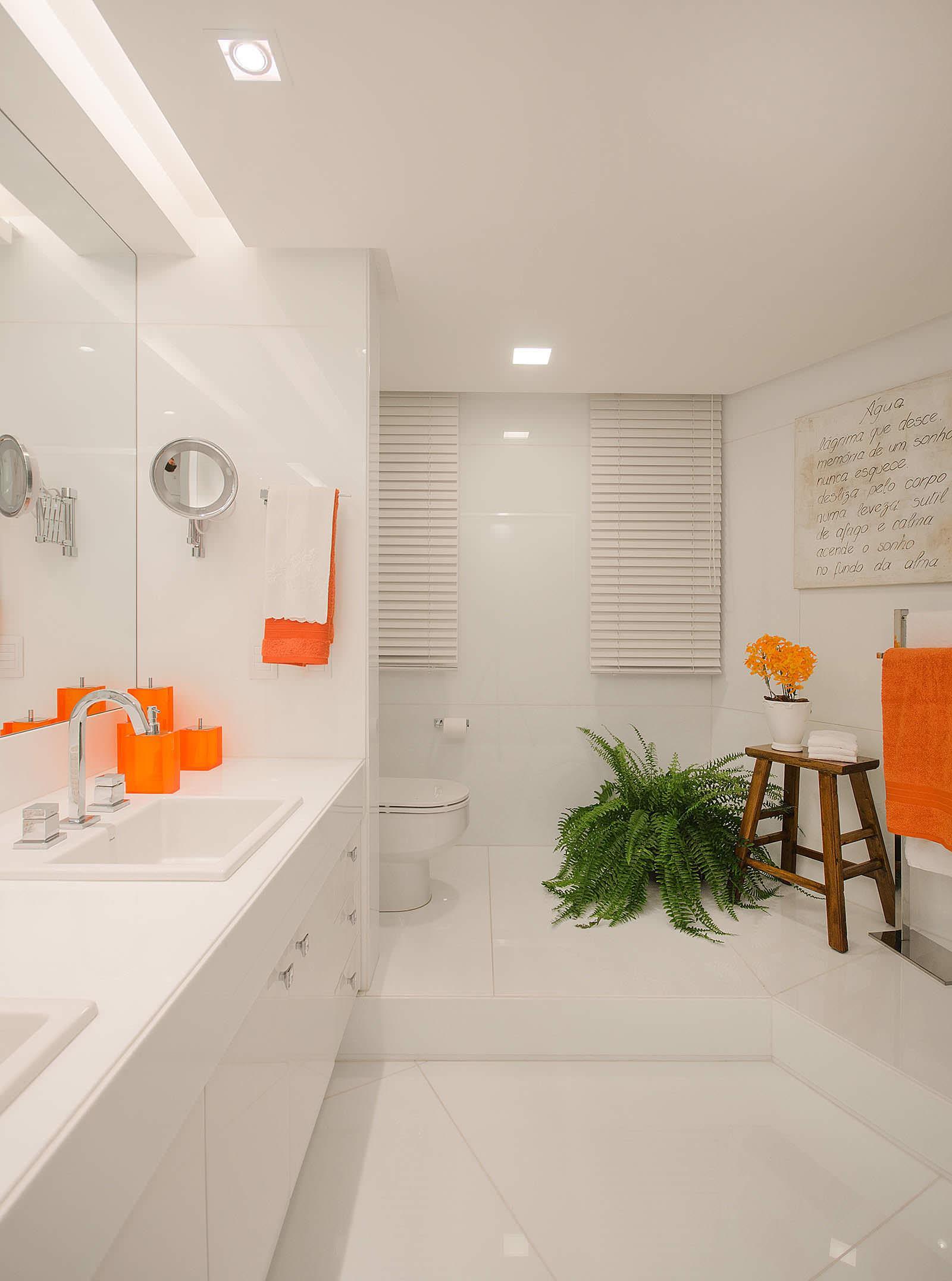 Белая двухуровневая ванная с оранжевыми акцентами